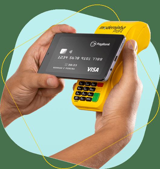 Imagem da Moderinha Profit e de um celular mostrando o cartão da conta na tela